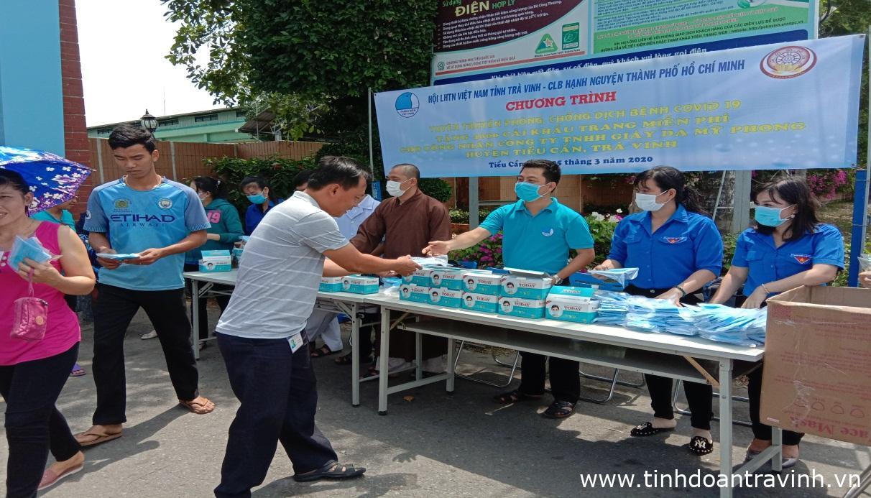 Ủy ban Hội LHTN Việt Nam tỉnh tổ chức cấp phát khẩu trang y tế miễn phí và tờ rơi tuyên truyền về cách phòng, chống dịch bệnh Covid-19 tại công ty TNHH Giày da Mỹ Phong.