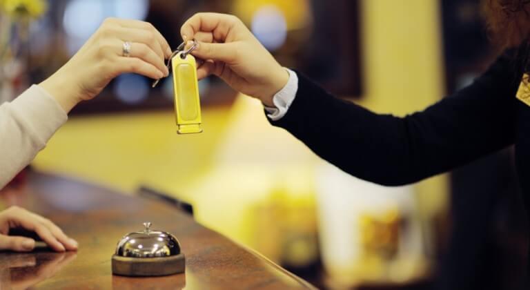 Check – in khách sạn là điều không thể thiếu khi công tác (Nguồn: Youtube)