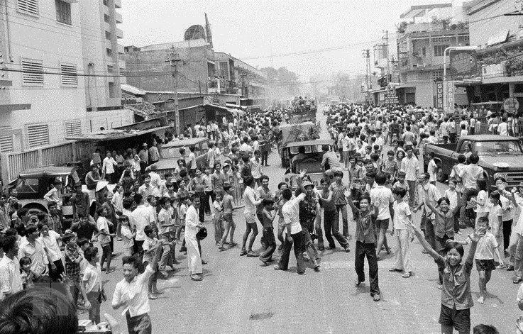 Nhân dân Thủ đô vui mừng đón tin chiến thắng ngày 30/4/1975. (Ảnh tư liệu)